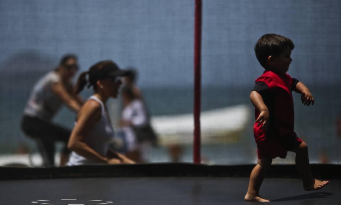 Criança brinca em um pula-pula na orla do Rio: felicidade infantil e risco convivem cotidianamente no brinquedo da moda Foto: Fábio Seixo / Agência O Globo