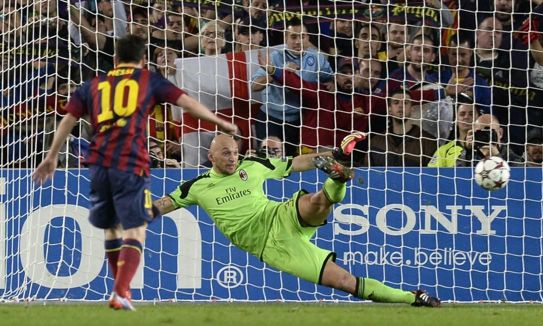Messi cobra pênalti para abrir o placar para o Barcelona contra o Milan Foto: LLUIS GENE / AFP