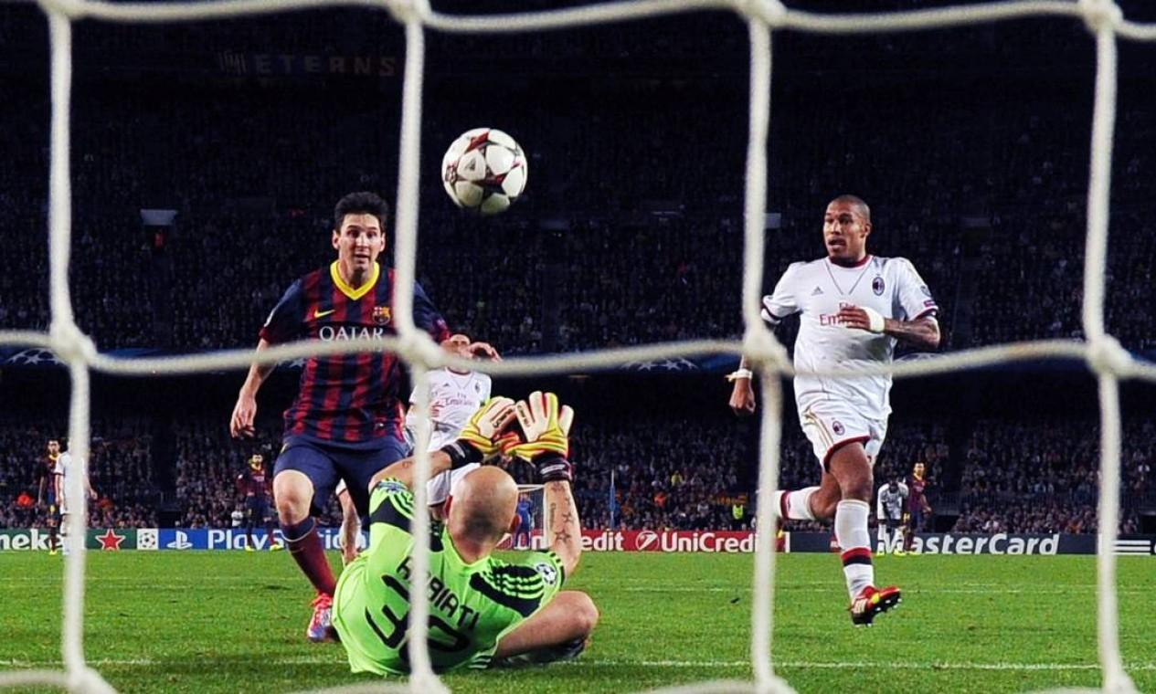 Após empatar com o Milan, por 1 a 1, no primeiro duelo entre as equipes no Grupo H, o Barça venceu o time comandado por Seedorf por 3 a 1 no jogo de volta Foto: LLUIS GENE / AFP