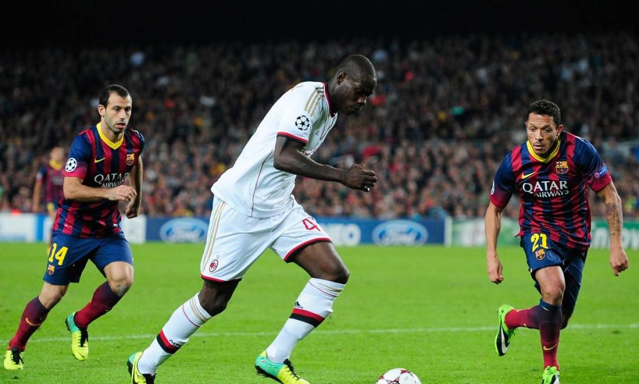 Balotelli entrou no segundo tempo, ensaiou uma reação para o Milan mas logo acabou envolvido pelo Barcelona junto com o restante do time italiano Foto: Manu Fernandez / AP