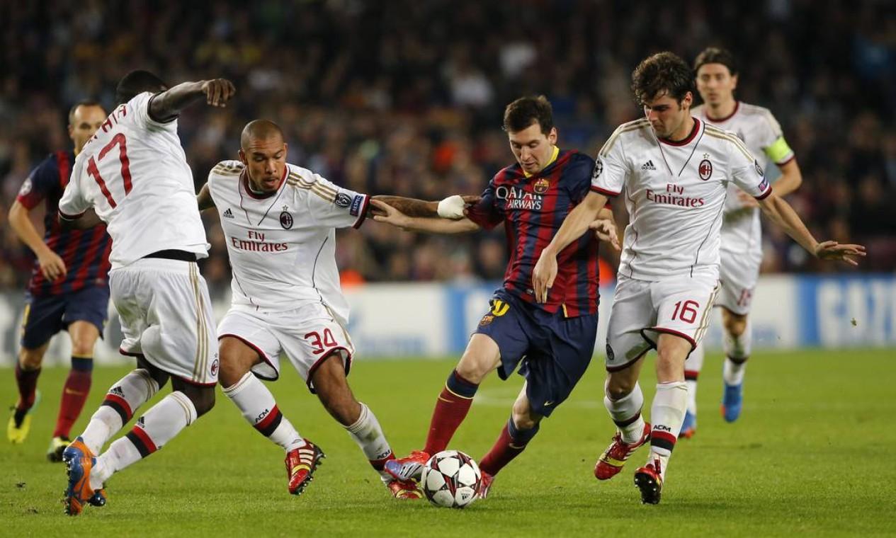 Messi cercado por três jogadores do Milan. O argentino encerrou um jejum de três partidas sem marcar Foto: Emilio Morenatti / AP