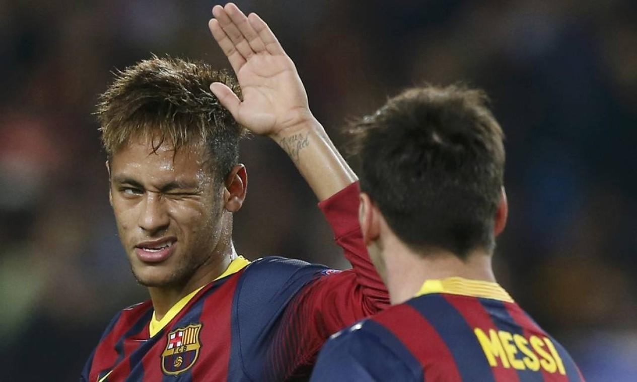 Neymar pisca para Messi na comemoração do primeiro gol do argentino, cobrando pênalti sofrido pelo brasileiro. O Barcelona venceu o Milan por 3 a 1, no Camp Nou Foto: ALBERT GEA / REUTERS