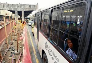 Passageira de ônibus observa das obras na região do Porto num trecho onde as vigas do Elevado da Perimetral já foram retiradas - Foto: Gabriel de Paiva / Agência O Globo