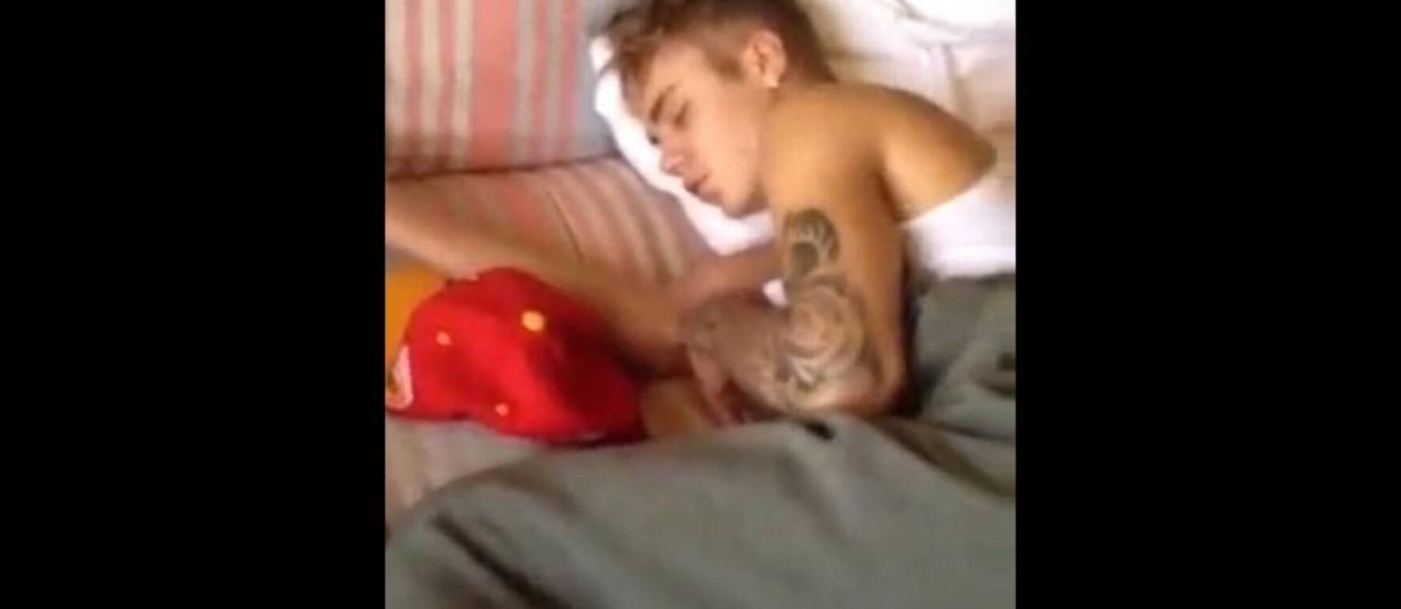 Imagens mostram cantor dormindo ao lado de seu boné Foto: Reprodução / YouTube