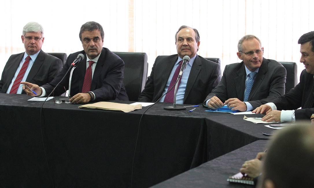 Ministro da Justiça, José Eduardo Cardozo, em reunião com secretários de segurança de Rio e São Paulo, membros do Poder Judiciário Foto: André Coelho / O Globo