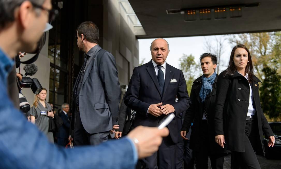 Chanceler francês Laurent Fabius (centro) chega a Genebra Foto: FABRICE COFFRINI / AFP