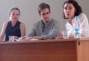 Edward Snowden e Sarah Harrison (à esq) em encontro com ativistas de direitos humanos no aeroporto de Moscou, em 12 de julho Foto: TANYA LOKSHINA / AFP