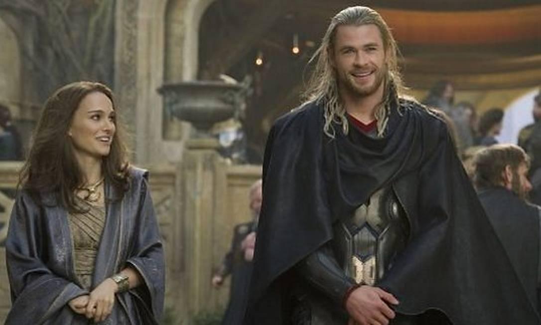 Natalie Portman e Chris Hemsworth em 'Thor' Divulgação