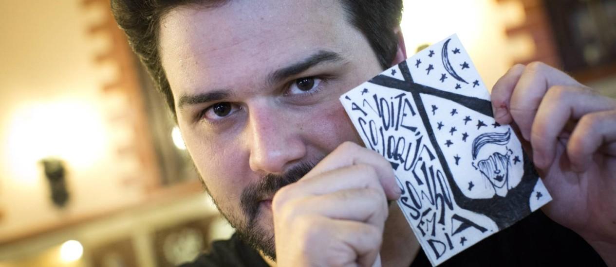 O publicitário e artista visual Pedro Gabriel faz poesia em guardanapos, no Lamas. Foto: Mônica Imbuzeiro / Agência O Globo