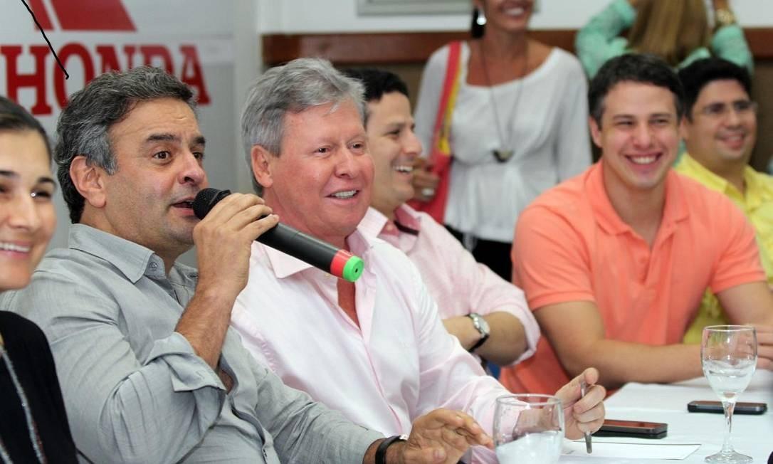 Aécio Neves e Arthur Virgílio, em encontro do PSDB em Manaus Foto: Paula Litaiff / O Globo / 08-11-2013
