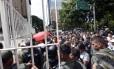Soldados venezuelanos tentaram controlar a multidão que foi à rede atraída pelos preços mais baixos