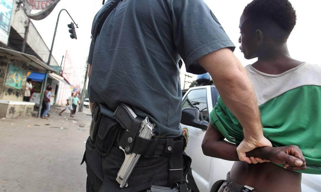 Com o apoio da PM, da Policia Civil e da Guarda Municipal cerca de 100 usuários de crack foram retirados da comunidade do Jacarezinho Foto: O Globo / Marcia Foletto