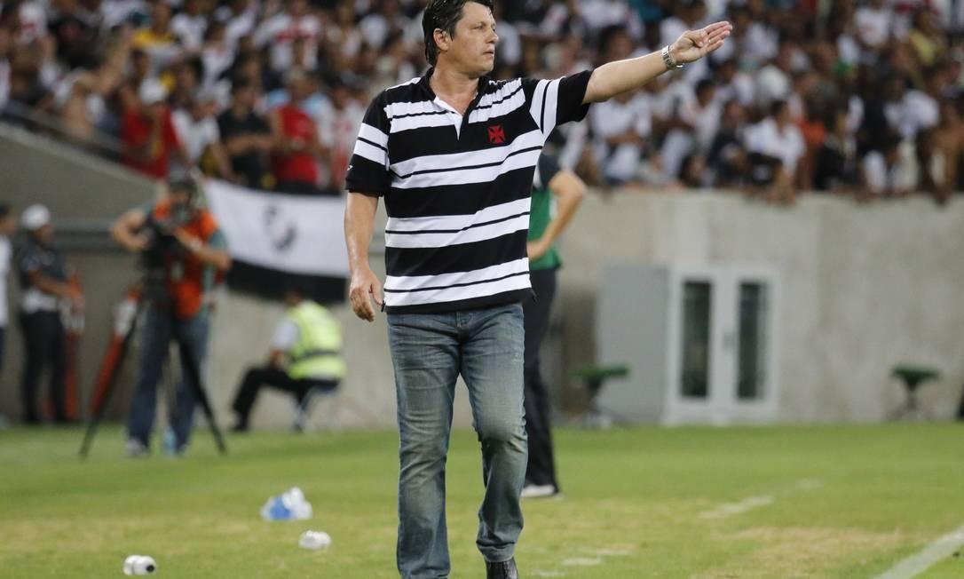 O técnico Adilson Batista orientou o Vasco o tempo todo à beira do gramado Foto: Ivo Gonzalez / Agência O Globo