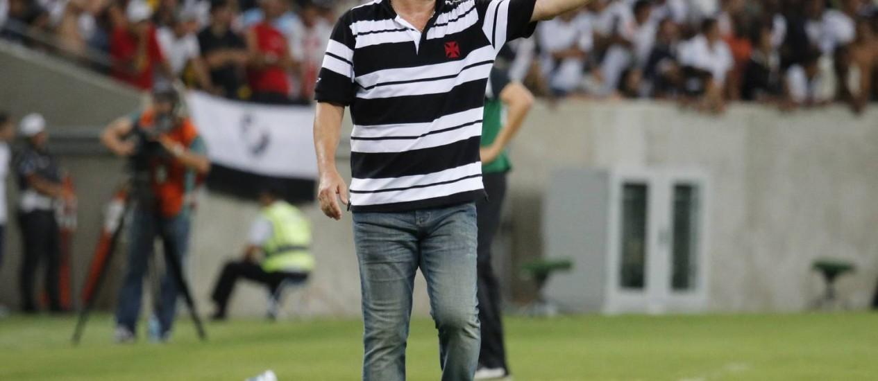 O técnico Adilson Batista orientou o Vasco o tempo todo à beira do gramado, no empate com o Santos Foto: Ivo Gonzalez / Agência O Globo