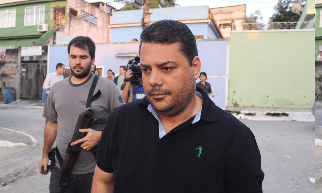 Rogério Manso Moreira (de camisa preta) foi preso na Baixada Fluminense Foto: Fernando Quevedo / Agência O Globo