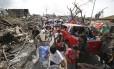 Sobreviventes enchem as ruas do centro de Tacloban em busca de suprimentos