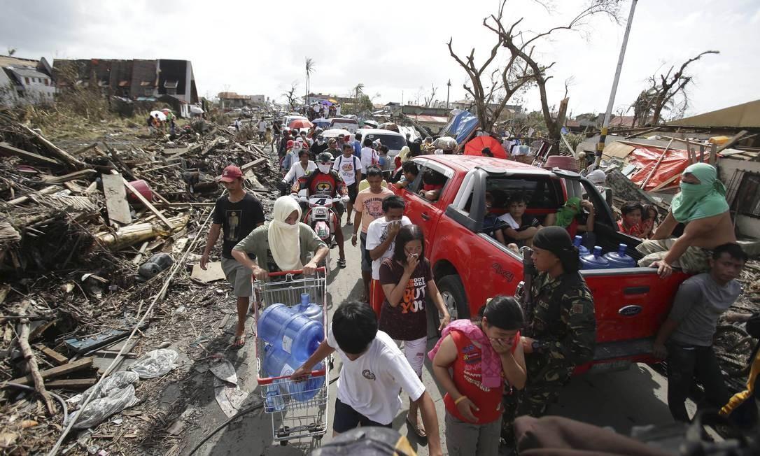 Sobreviventes do supertufão Haiyan, que atingiu as Filipinas na última sexta-feira, tomam as ruas de Tacloban, cidade da região central do país e uma das mais atingidas. Autoridades alertam que falta comida, abrigo, remédios e água potável para os moradores Foto: Aaron Favila / AP