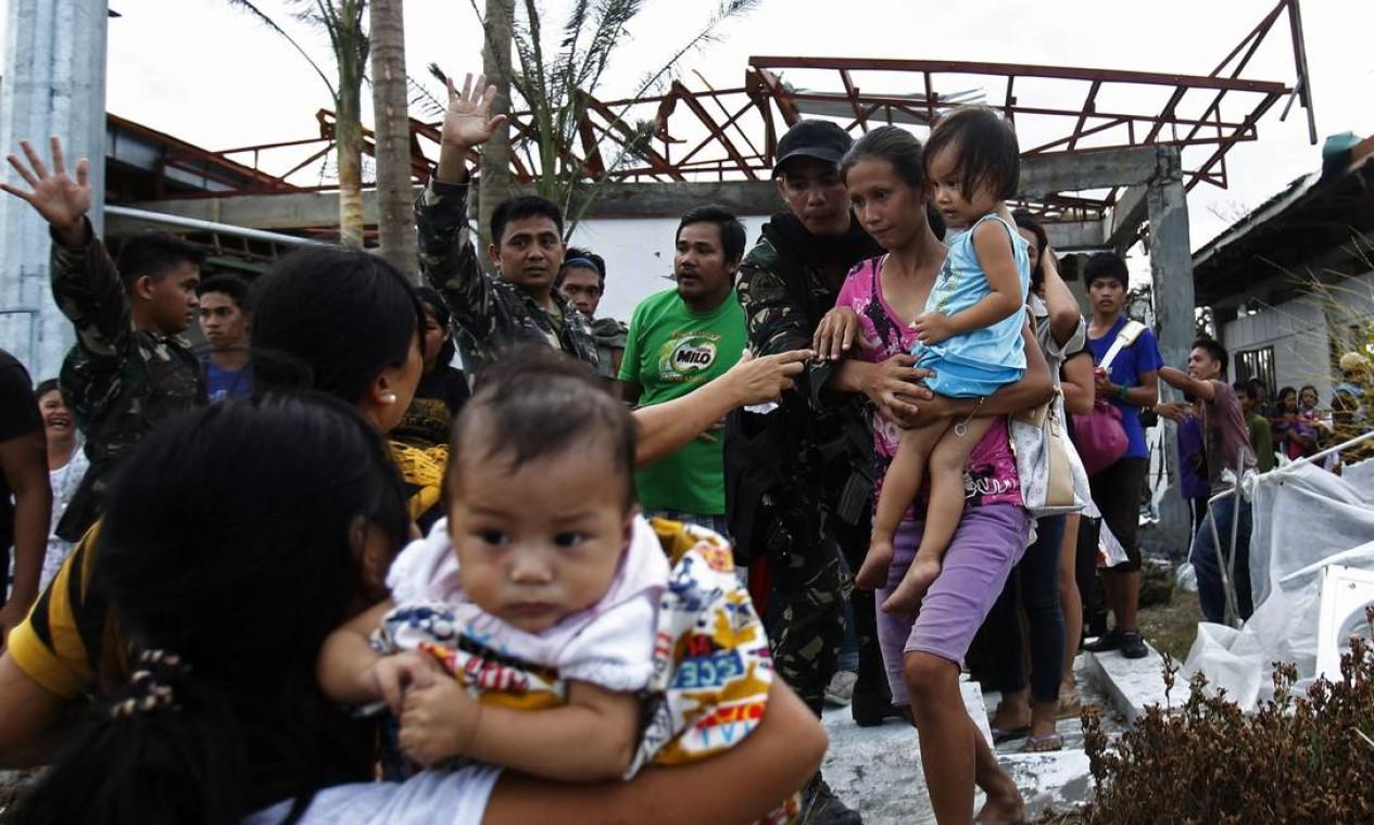 Alguns moradores de Tacloban embarcaram em aviões do Exército rumo a Manila, capital do país. Estima-se que o tufão tenha deixado pelo menos 10 mil mortos nas Filipinas Foto: EDGAR SU / REUTERS