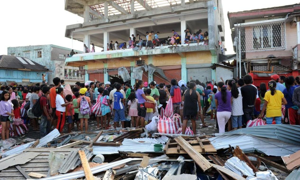 Na cidade de Guiuan, alguns moradores saquearam lojas do comércio local para tentar sobreviver. Cerca de quatro milhões de pessoas foram afetadas pelo supertufão em todo o país Foto: POOL / REUTERS