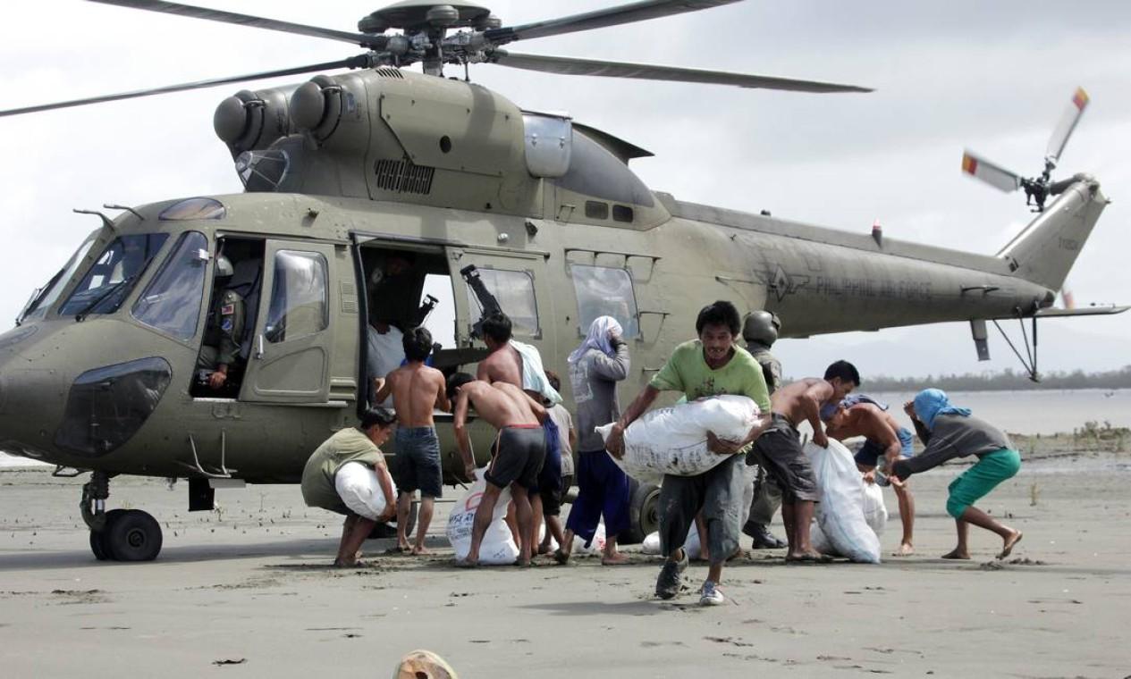 As aeronaves das Forças Armadas também levaram alimentos para os sobreviventes da cidade costeira de Capiz. ONU, Estados Unidos e Austrália mobilizam ajuda emergencial para as Filipinas Foto: TARA YAP / AFP