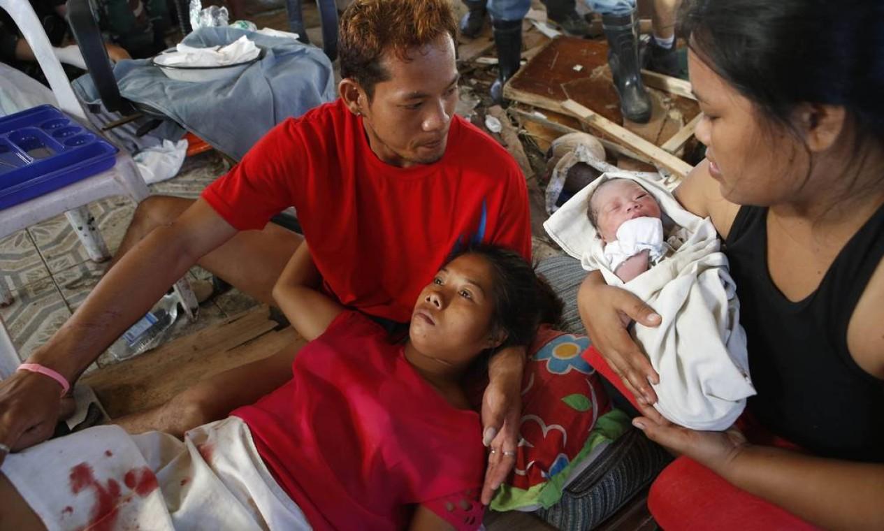 A recém-nascida foi batizada de Beatriz, em homenagem à avó. A mãe se recupera do pós-parto no acampamento médico improvisado de Tacloban Foto: ERIK DE CASTRO / REUTERS