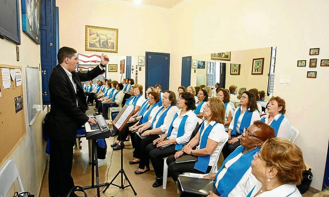 """Música e saúde. Tocando órgão, o maestro Vito Nunziante Jr. rege o coral """"Cantar para viver"""" Foto: Eduardo Naddar"""