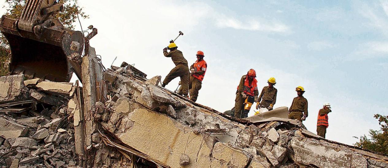 Soldados israelenses simulam resgate de terremoto em Holon Foto: Latinstock