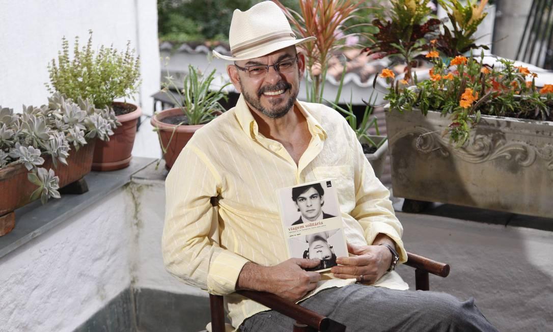 """João W. Nery, primeiro """"transhomem"""" do Brasil, e seu livro """"Viagem Solitária""""<252> Foto: Márcio Alves / Agência O Globo"""