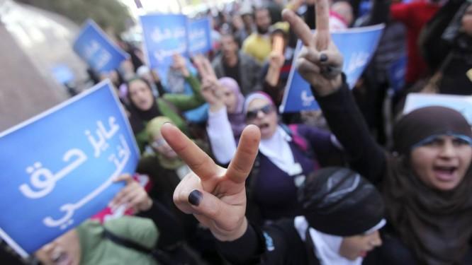 Mulheres protestam contra as violações do conselho militar e os testes de virgindade em mulheres, em frente à Corte do Conselho de Estado, no Cairo Foto: AMR ABDALLAH DALSH / REUTERS/27-12-2011