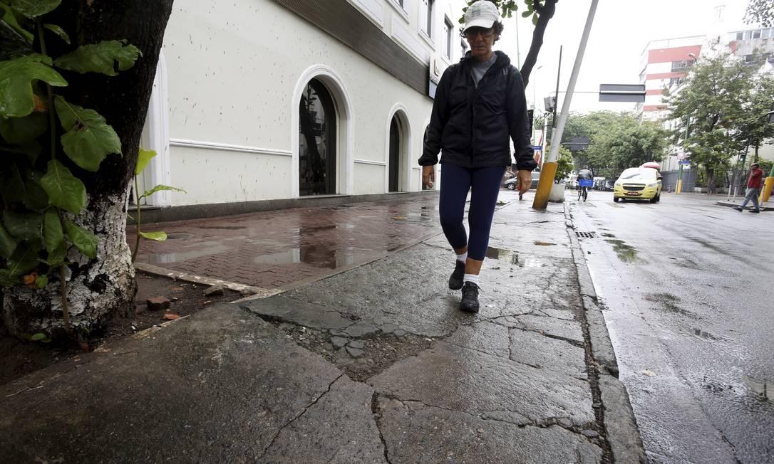 Perigo. Sylma conta buracos na Rua Joana Angélica Foto: Hudson Pontes