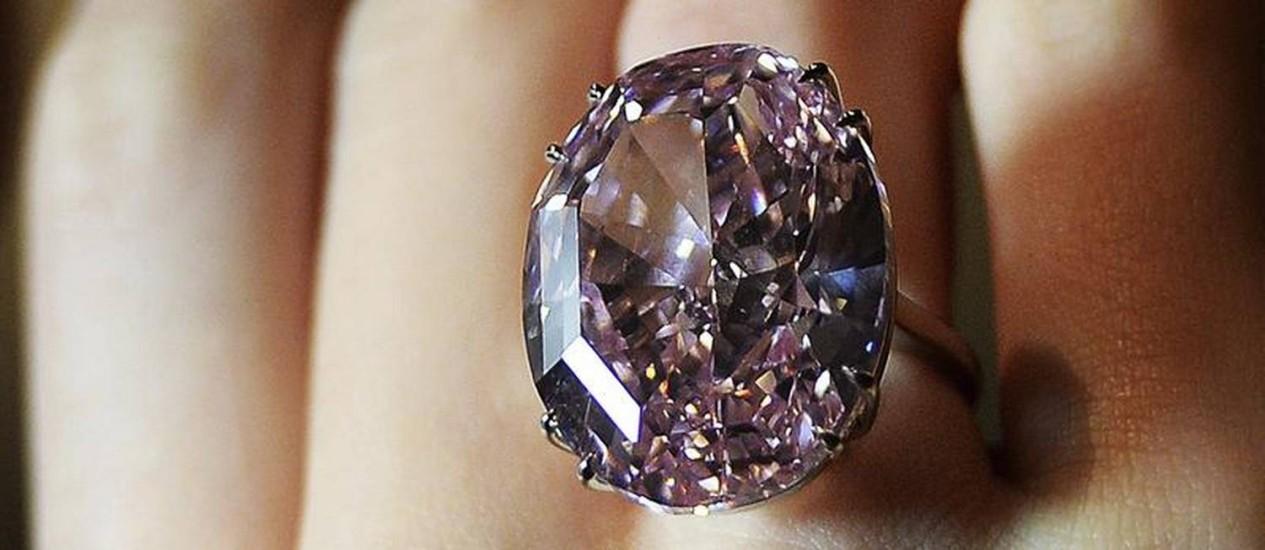 Precioso. Com forma ovulada, diamante rosa é a principal atração do leilão de outono da Sotheby's Foto: EFE