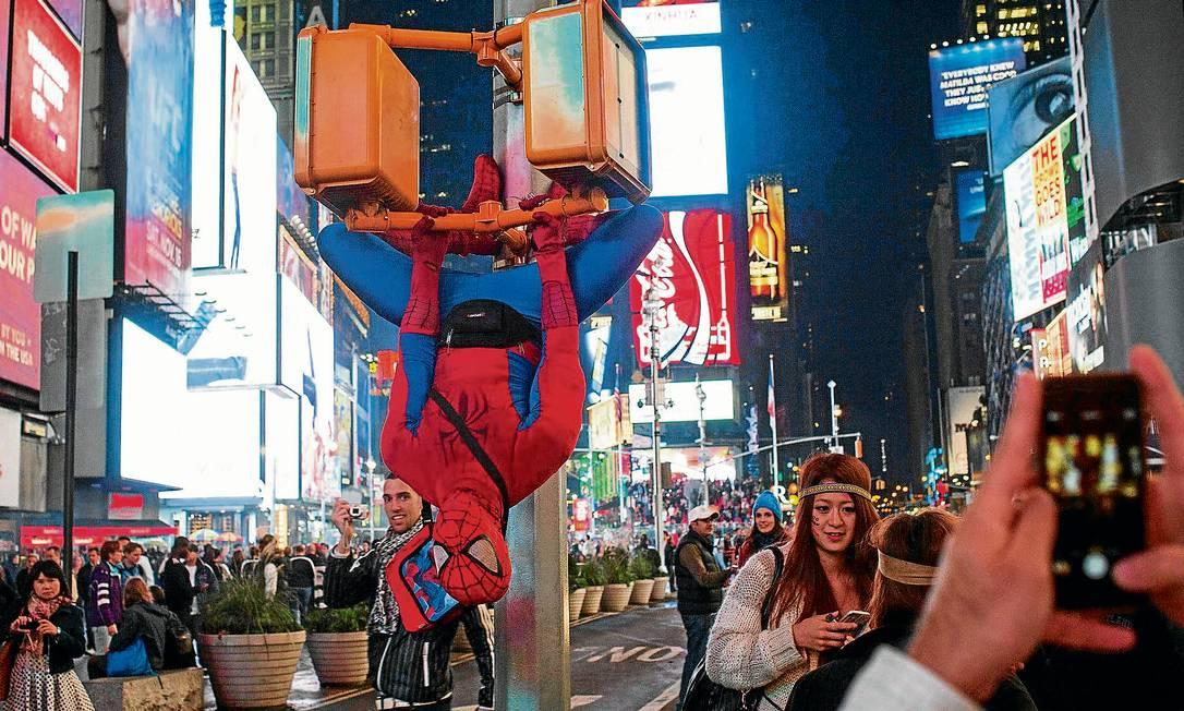 Cover do Homem-Aranha se exibe no trecho mais famoso da Broadway, na Times Square Foto: Adrees Latif / Reuters
