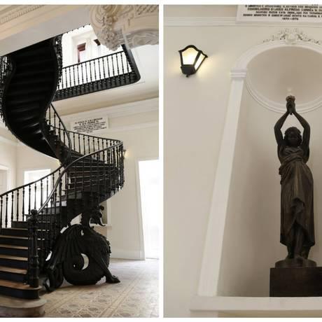 A escada é sustentada por dois dragões esculpidos em madeira. À direita, estátua tombada que compõe a decoração do centro Foto: Simone Marinho / Agência O Globo