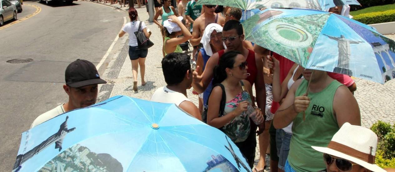 No verão passado, turistas enfrentaram longas filas no Cosme Velho para subir ao Corcovado Foto: Cezar Loureiro / Arquivo/O Globo