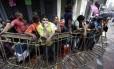 Clientes fazem fila enquanto esperam para entrar uma loja de eletrodomésticos em Caracas