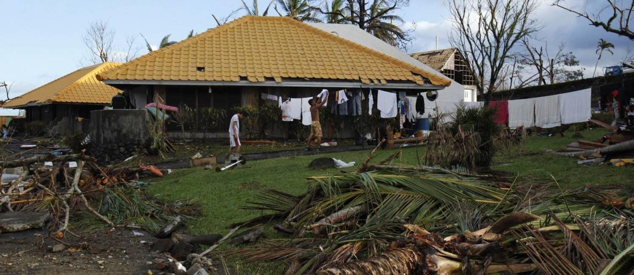Desamparados, funcionários ocupam o que restou do Leyte Park Hotel em Tacloban. Foto: BOBBY YIP / REUTERS