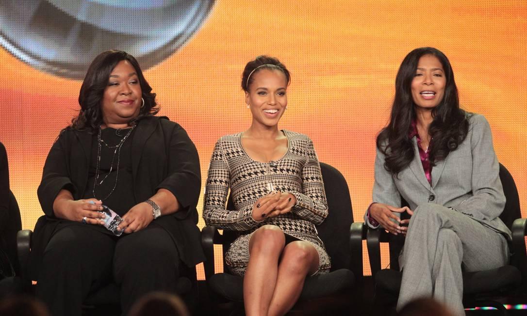 """Shonda Rhimes, Judy Smith e Kerry Washington: criadora, inspiradora e protagonista da série """"Scandal"""" Foto: Reprodução"""