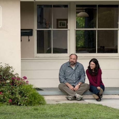 Julia Louis-Dreyfus e James Gandolfini em cena do filme 'À procura do amor' Foto: Divulgação