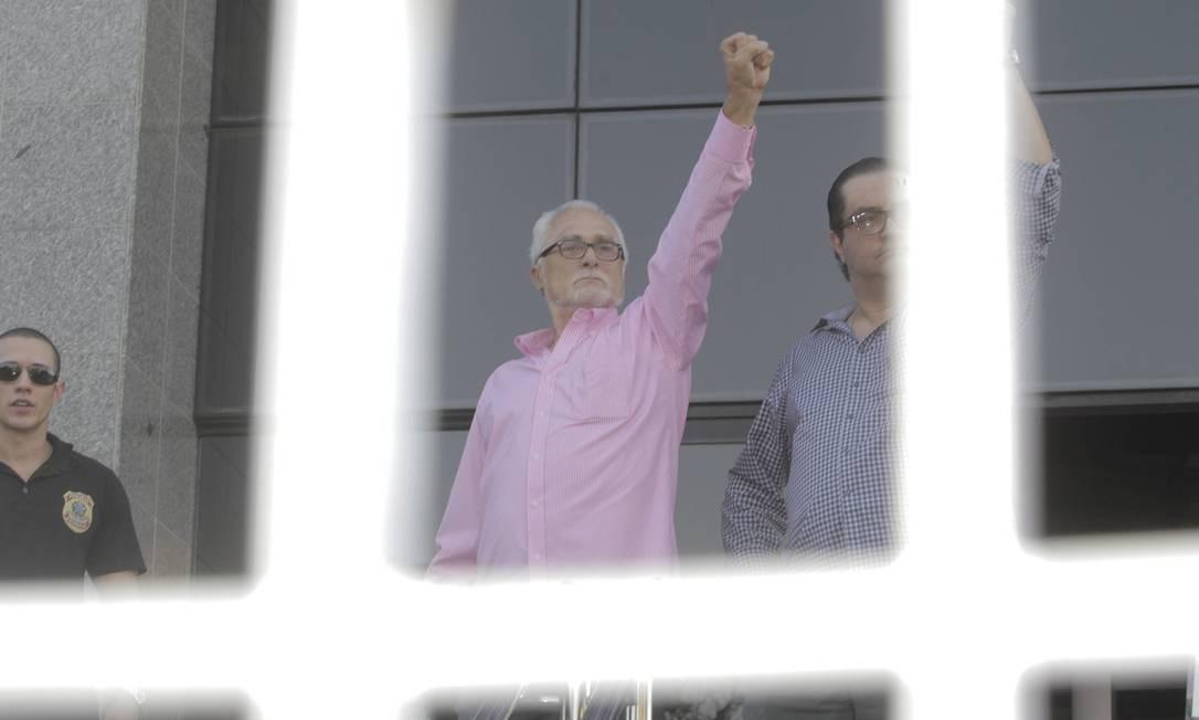 De braço erguido, José Genoino se apresenta à Superintendência da Polícia Federal em São Paulo Foto: Eliaria Andrade / Agência O Globo