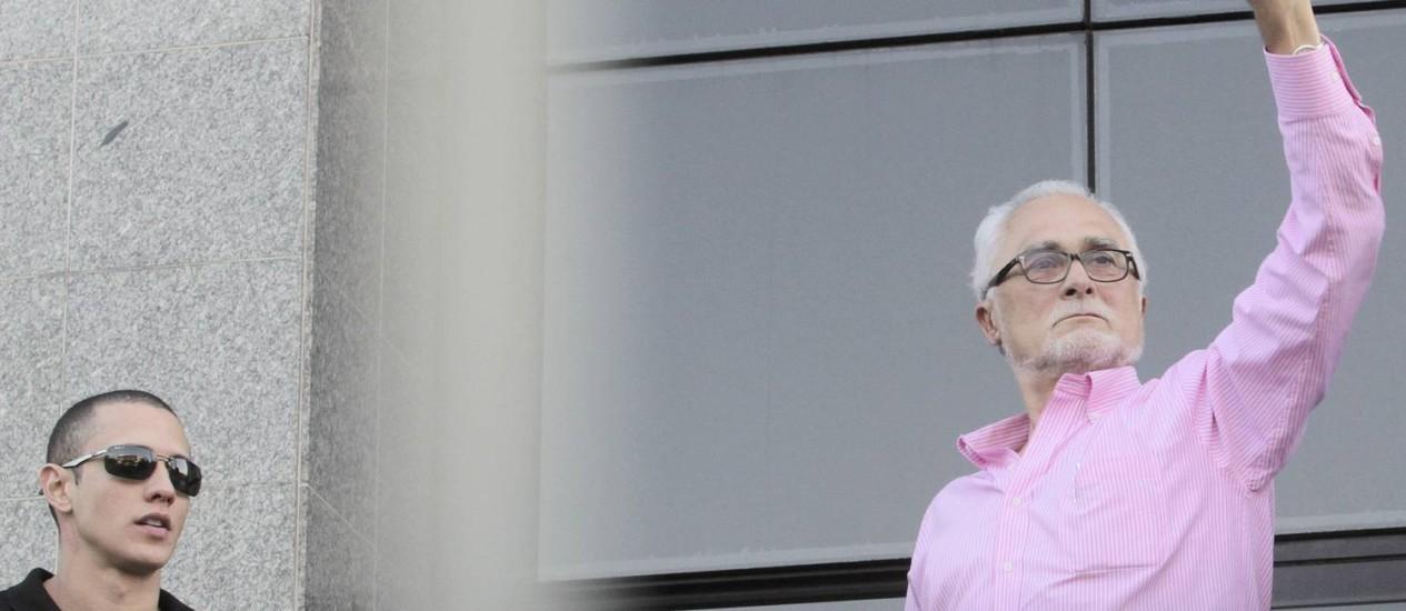 Com o punho erguido, José Genoino saúda correligionários do PT ao se apresentar na sede da Polícia Federal de SP Foto: Eliaria Andrade / Agência O Globo
