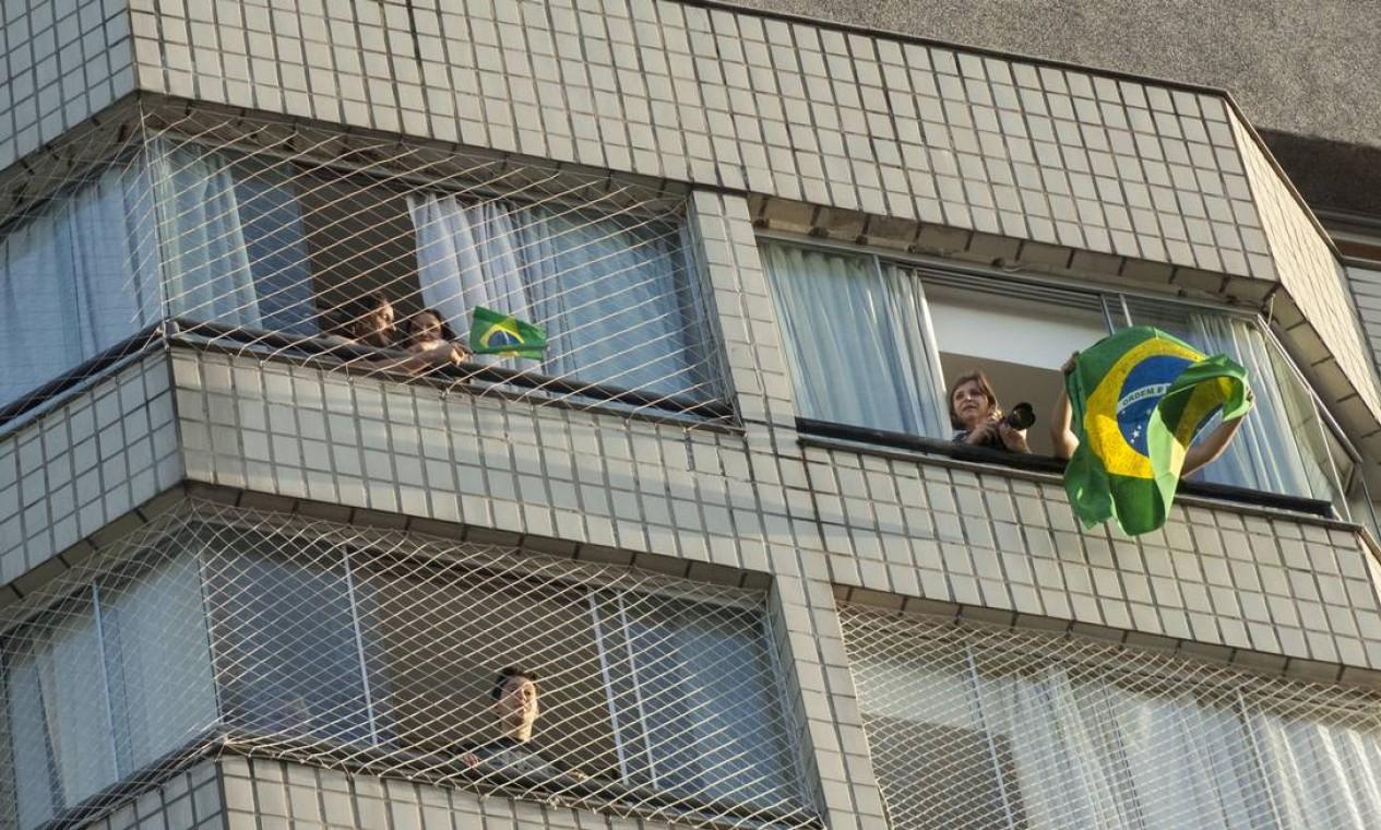 Moradores vizinhos da sede da PF balançaram bandeiras do Brasil nas janelas em comemoração ao resultado Foto: Jackson Romanelli