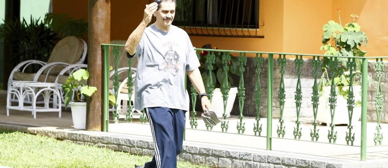 O ex-deputado federal Roberto Jefferson, condenado no caso do mensalão, anda em sua casa em Levy Gasparian, no interior do estado do Rio Foto: Pablo Jacob / Pablo Jacob