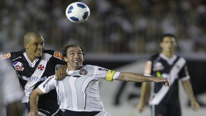 Paulo Baier em um jogo contra o Vasco em 2011: Meia é ídolo do Atlético-PR Foto: Jorge William / O Globo