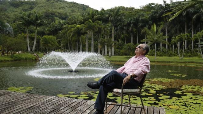 Verde. Moysés Abtibol n Horto das Palmeiras, na Ilha de Guarativa: plantação começou com dez mil mudas de coqueiros importados da Paraíba Foto: Mônica Imbuzeiro / Agência O Globo