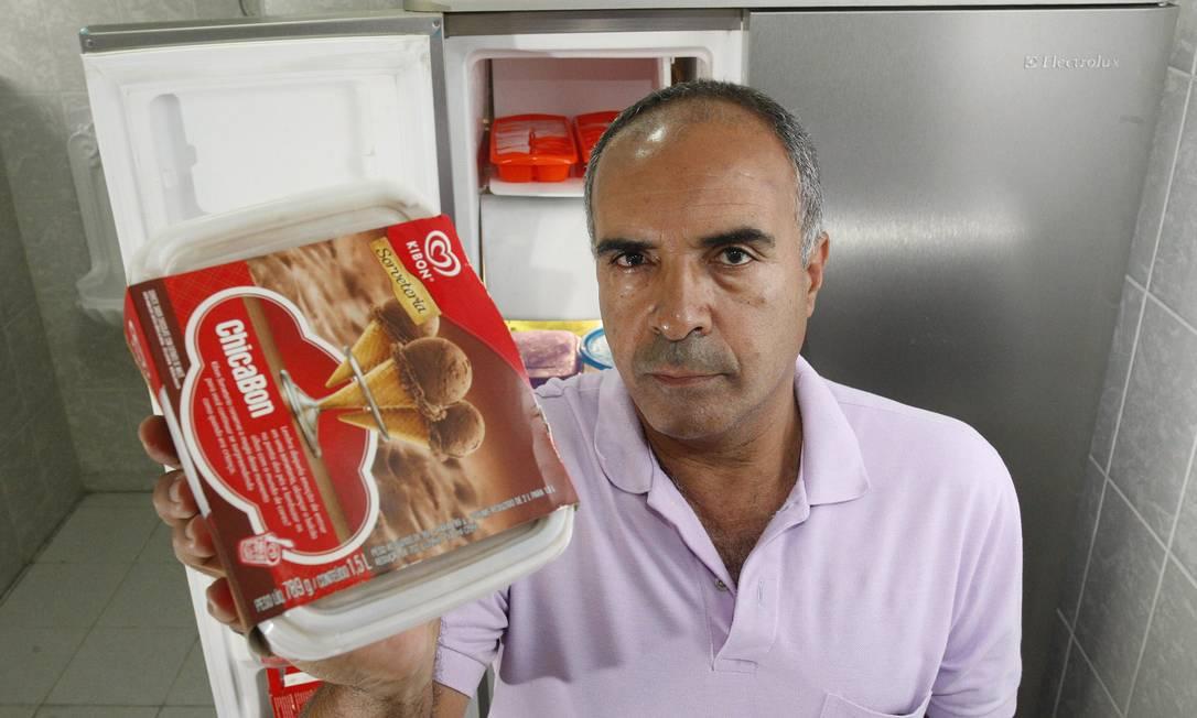 Kibon. Paiva enviou carta ao GLOBO reclamando da redução de um quarto do volume dos potes de sorvetes: Procon notificou a Kibon Foto: Márcio Alves