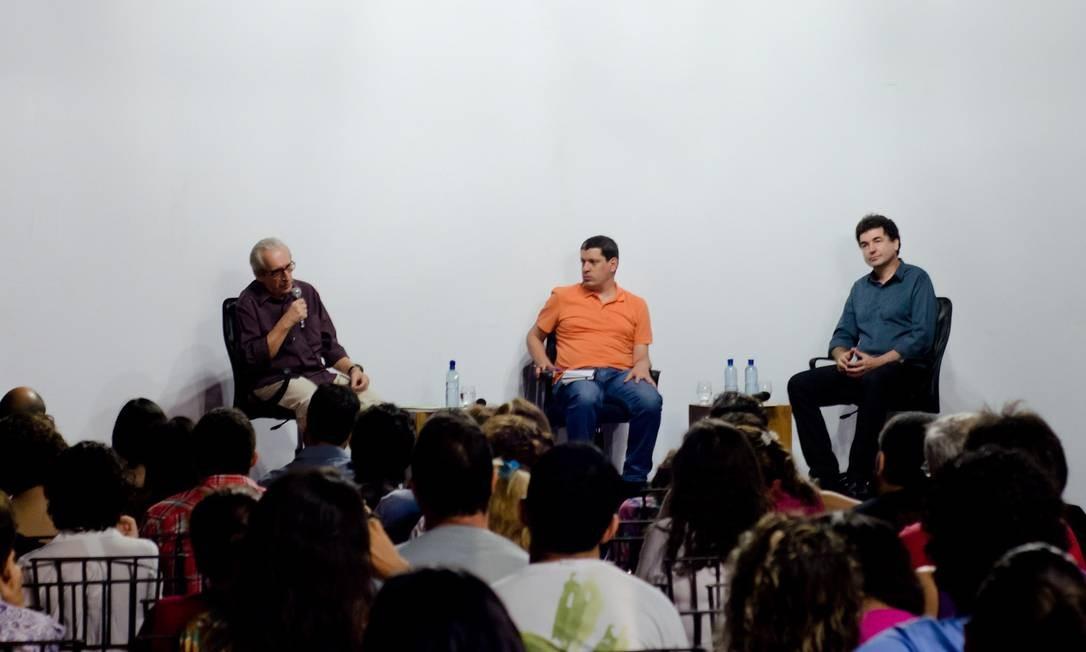O biógrafo Paulo César de Araújo (à direita), em debate mediado por Luiz Fernando Vianna Foto: Divulgação