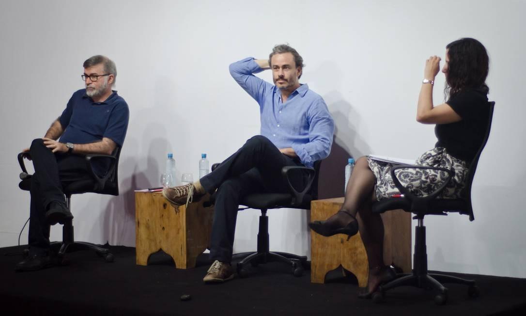 Lira Neto e Guilherme Fiuza, em debate mediado por Josélia Aguiar, no Festival Internacional de Biografias Foto: Divulgação
