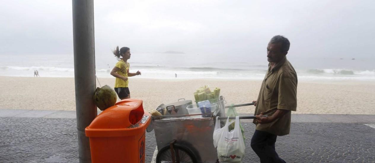 Por fora. Na orla da Zona Sul, a abertura das papeleiras não é suficiente para que as pessoas possam jogar os cocos Foto: Ana Branco / Ana Branco