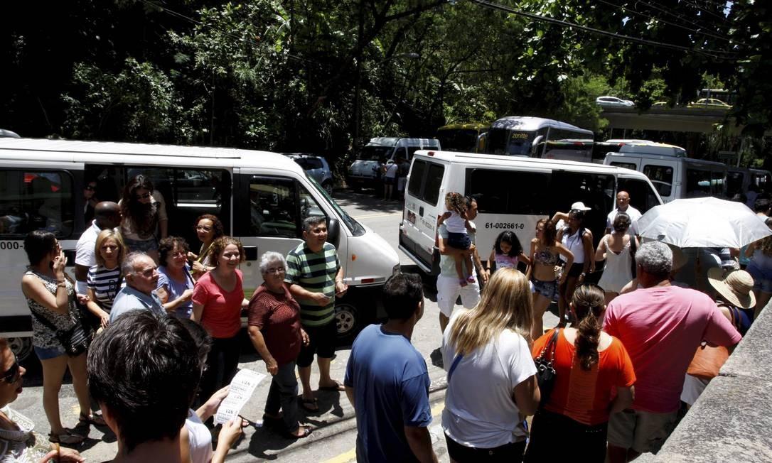 Desordem. No feriado, visitantes perderam horas nas filas para ir ao Cristo Foto: Marcos Tristão/15-11-2013