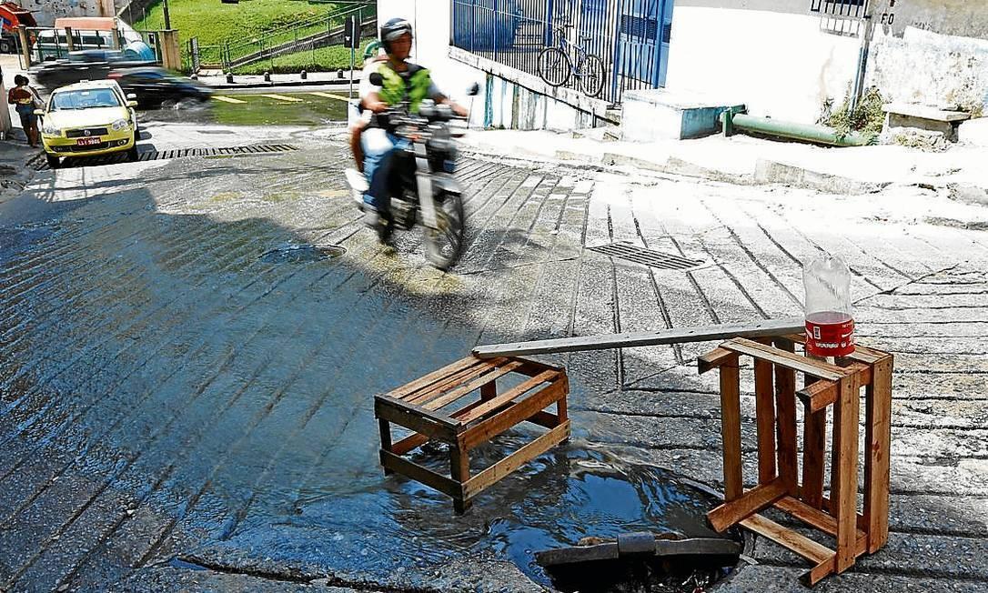 Até quando? Mau cheiro permanente: esgoto na Estrada da Independência escorre até a Rua São Miguel Foto: Paula Giolito